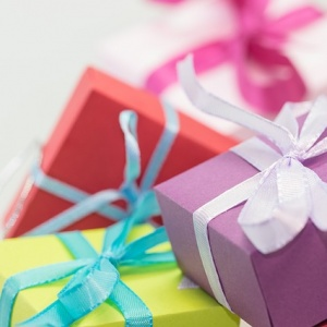 ההתלבטות הקבועה – לקנות מתנה ליולדת או דווקא לילד?