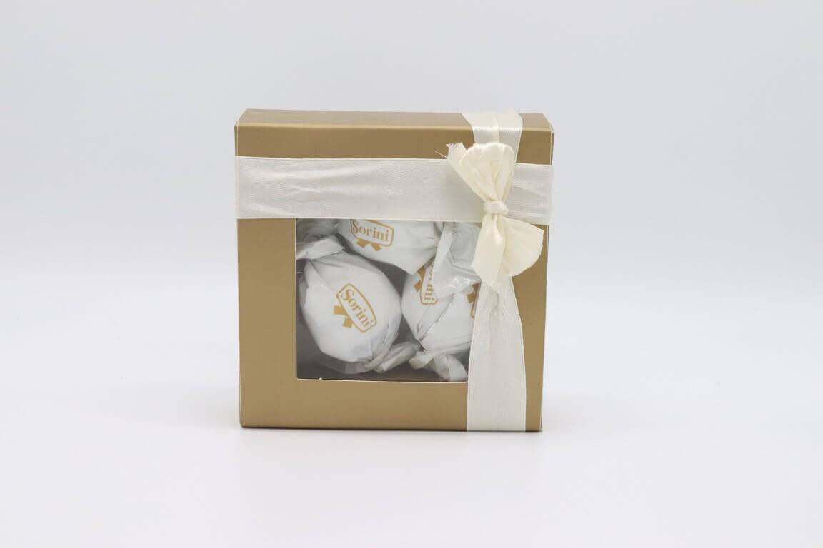 מתנות לאורחים בחתונה – קופסא זהב במילוי שוקולדים והקדשה